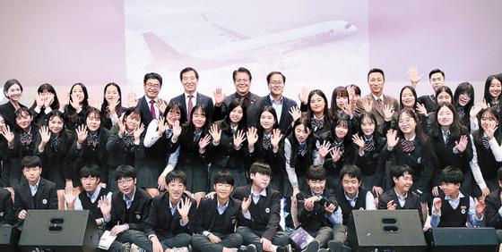 아시아나항공은 지난 18일 '제9회 아시아나 드림페스티벌'을 개최했다. 중·고등학생 700여 명이 직업강연을 듣고 문화공연을 즐겼다. [사진 아시아나항공]