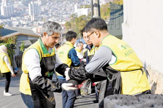 에쓰오일(S-OIL) 후세인 알 카타니 대표(왼쪽)가 임직원과 함께 지난 5일 서울 홍제동 개미 마을에서 저소득 가정에 연탄을 전달하는 봉사활동을 하고 있다. 에쓰오일은 한반도 사랑의 연탄나눔 운동본부에 연탄 5만장을 기부했다. [사진 에쓰오일]