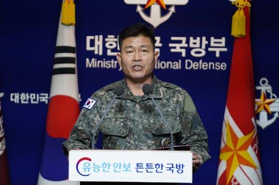28일 국방부 브리핑룸에서 전동진 합참 작전부장이 북한의 초대형 방사포 발사에 대한 유감을 표명하는 입장을 읽고 있다.  [사진 국방부]