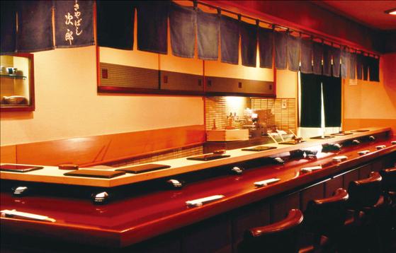 도쿄 긴자에 위치한 유명 초밥 가게 '스키야바시 지로'의 내부. 손님 10명 정도가 앉을 수 있는 작은 가게다. [사진 스키야바시지로]