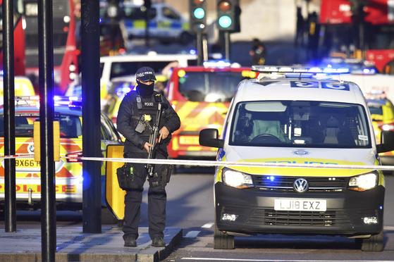 무장한 영국 경찰이 29일(현지시간) 흉기 테러 사건이 발생한 런던브리지 인근에서 사건 현장을 통제하고 있다.[AP=연합뉴스]