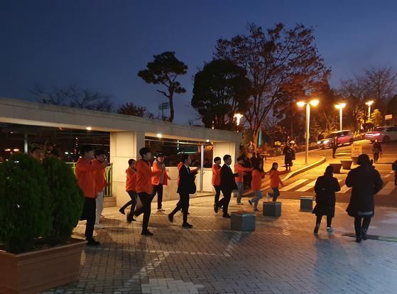 25일 오후 서울 종로구 명륜동 성균관대학교 총학생회 선거에 출마한 후보의 선거본부원들이 홍보를 하고 있다. 신혜연 기자