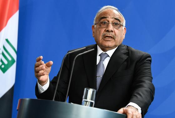 아델 압둘 마흐디 이라크 총리가 지난 4월 독일 베를린에서 기자회견을 갖는 모습. 마흐디 총리는 29일 사임 의사를 밝혔다.[EPA=연합뉴스]
