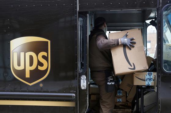 지난해 미 메릴랜드주 볼티모어에서 한 UPS 택배기사가 배송 물품을 옮기고 있다(사진은 기사내용과 관련 없음). [AP=연합뉴스]