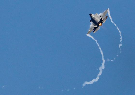 지난달 열린 '서울 국제 항공우주 및 방위산업 전시회'(서울 ADEX 2019) 개막식에서 F-35가 시범 비행을 펼치고 있다. [사진 연합뉴스]