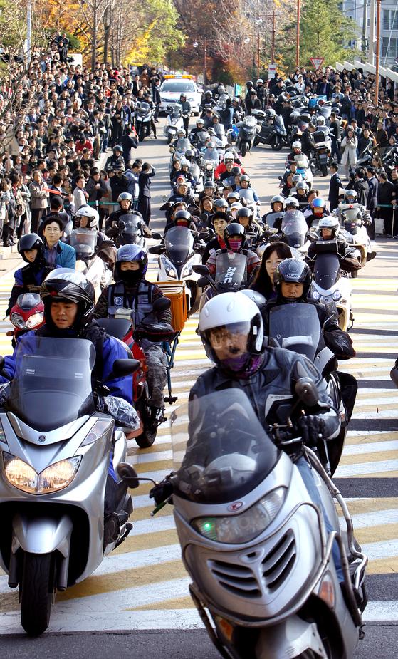 2011년 11월 성균관대의 수시 시험을 마친 학생들을 태워 다음 수시 응시 학교로 데려가는 오토바이들 [중앙포토]