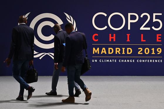 제25차 기후변화협약 당사국총회(COP25)가 열릴 스페인 마드리드의 이페마(IFEMA) 컨벤션센터 앞을 행인들이 지나고 있다. 이번 총회는 2일부터 13일까지 열린다. [AFP=연합뉴스]