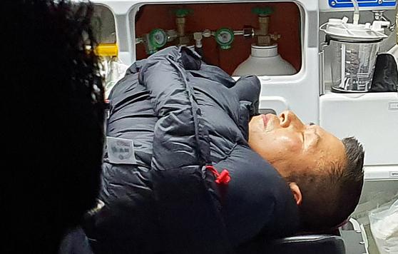청와대 앞에서 8일째 단식하던 자유한국당 황교안 대표가 27일 밤 응급실로 이송되고 있다. 2019.11.27 [자유한국당 제공]