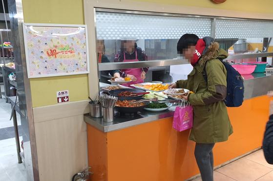 강남교회뿐 아니라 성복중앙교회도 매일 아침 청년들을위한 식사를 무료로 제공한다. 왼편에는 청년들의 감사인사가 걸려있다. 편광현 기자
