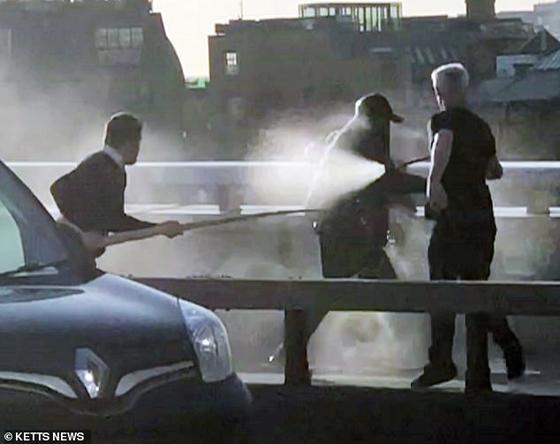 런던 시민들이 29일(현지시간) 고래 송곳니와 소화기로 런던 브리지 테러범을 제압하고 있다. [SNS 캡처]
