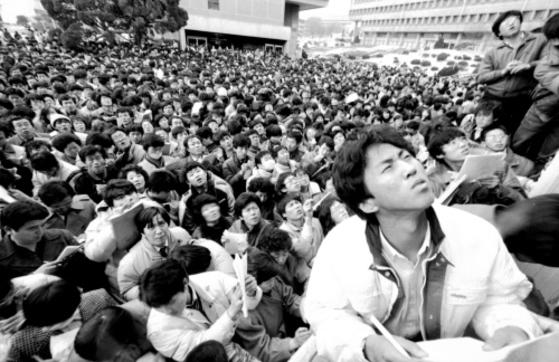 1987년 11월 서울대의 입학원서 접수 모습. 학과별 경쟁률을 확인하려는 수험생과 학부모로 발딛을 틈이 없다. [중앙포토]