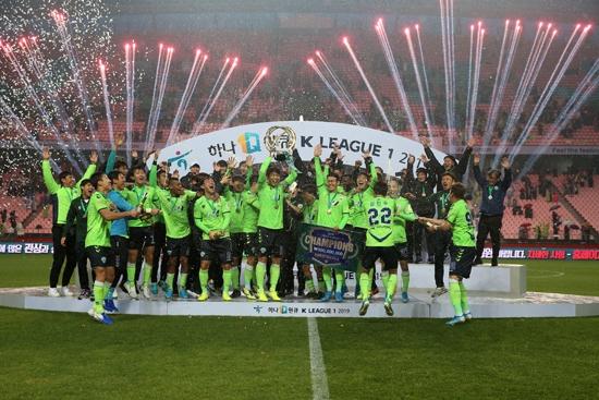 극적인 뒤집기 우승에 성공한 전북 현대. 전북은 2017, 2018시즌에 이어 리그 3연패에 성공했다. 사진=한국프로축구연맹