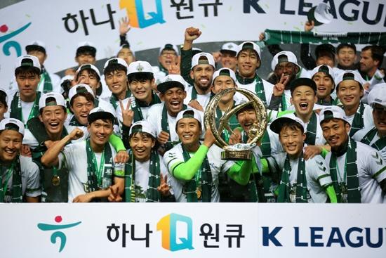 우승 후 트로피를 들고 환호하는 전북 선수단. 사진=한국프로축구연맹