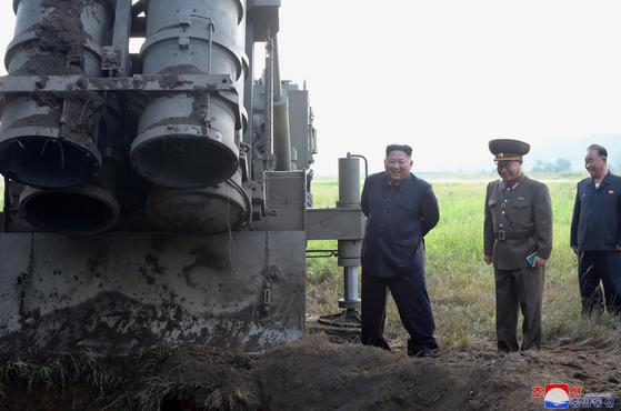 김정은 북한 국무위원장이 지난 9월 10일 방사포 시험사격을 현지지도 하고 있다. [사진 조선중앙통신]