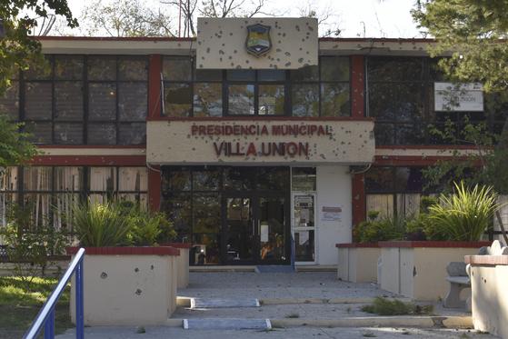 지난달 30일(현지시간) 멕시코 북부 코아우일라 지역에서 무차별 총격사건이 벌어져 최소 14명이 숨졌다. 총격을 받은 관공서의 모습. [AP=연합뉴스]