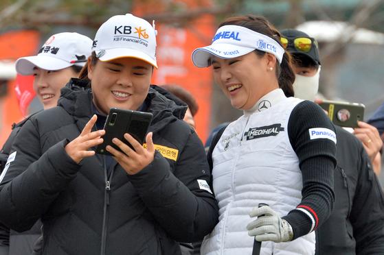 1일 열린 챔피언스 트로피 박인비 인비테이셔널에서 함께 이야기를 나누는 박인비(왼쪽)와 유소연. [뉴스1]