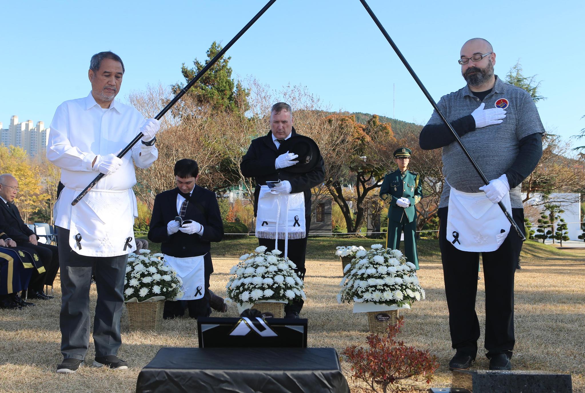 30일 오후 부산 남구 유엔기념공원에서 6·25 전쟁 참전용사 유해 안장식이 열리고 있다. [연합뉴스]