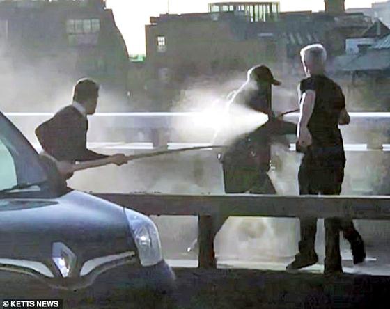 런던시민들 소화기로 테러범 제압