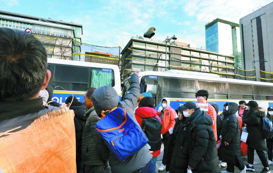 시위대 신발 투척, 그물친 미 대사관
