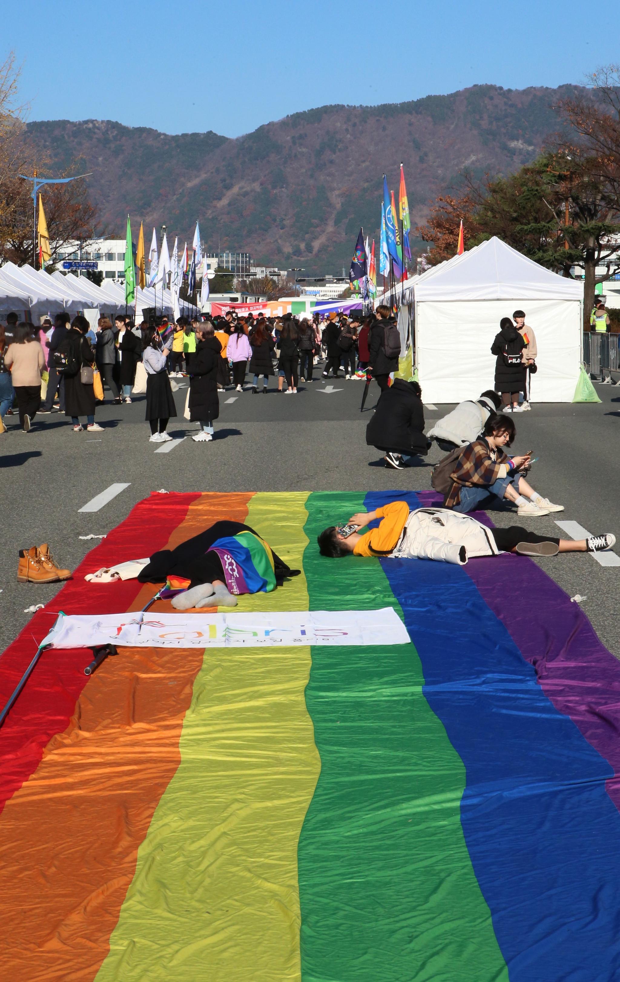 LGBT의 상징인 6개 색 중 빨간색은 삶(life)을, 오렌지색은 치유(healing)를, 노란색은 햇살(sunlight)을, 초록색은 자연(nature)을, 파란색은 조화(harmony)를, 보라색은 정신(spirit)을 상징한다. [중앙포토]