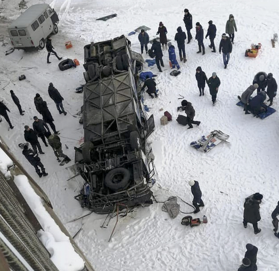 러시아 동시베리아 지역에서 1일(현지시간) 버스가 얼어 붙은 강으로 추락하는 사고가 발생했다. [AP=연합뉴스]