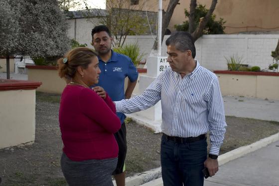 미구엘 리켈레 코아우일라 주지사(오른쪽)가 현장을 방문해 주민을 위로하고 있다. [AP=연합뉴스]
