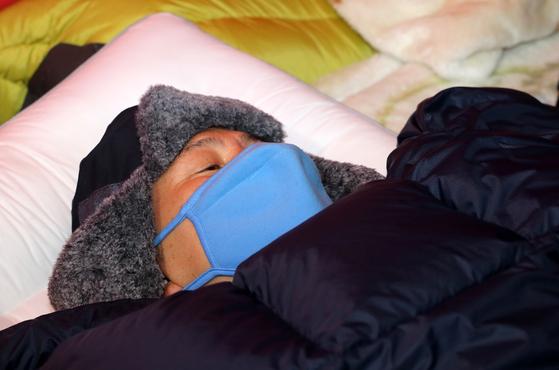 황교안 자유한국당 대표가 27일 오전 서울 청와대 분수대 앞 단식농성 천막에 누워 있다. [중앙포토]