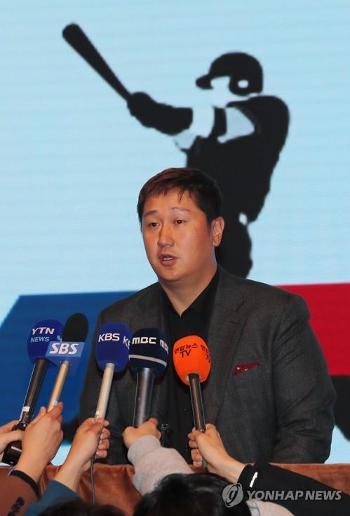 이대호 선수협 회장이 인터뷰를 하고 있는 모습. 연합뉴스