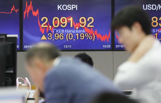 2일 오후 서울 중구 KEB하나은행 딜링룸. 이날 코스피는 전거래일보다 0.19% 오른 2091.92로 장을 마쳤다. [연합뉴스]