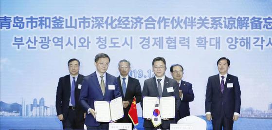 칭다오시와 부산광역시가 경제협력 확대 양해각서를 체결함.