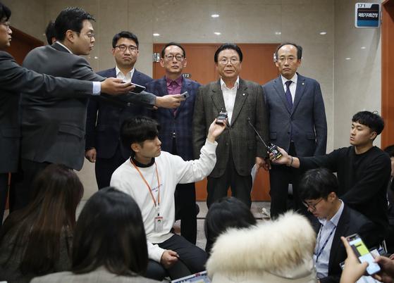 박맹우 자유한국당 사무총장(오른쪽 두번째)이 2일 서울 여의도 국회 정론관에서 기자회견을 열고 당직자들이 당의 개혁과 쇄신에 동참하겠다는 뜻을 밝히며 당직 사표서를 일괄 제출했다고 밝히고 있다. [연합뉴스]