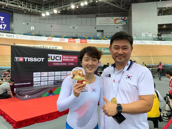 사이클 국가대표 이혜진이 1일 홍콩에서 열린 2019-2020 국제사이클연맹(UCI) 트랙 사이클 월드컵 3차 대회 여자 경륜 금메달을 따냈다. 이혜진과 엄인영 사이클 국가대표팀 감독. [사진 대한자전거연맹]