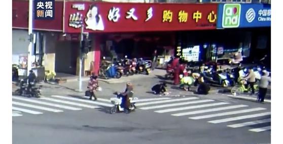 중국 장쑤성 쑤저우의 한 노인이 전동차 타고 가다 1만위안을 흘리자 길을 지나던 행인들이 나서 줍고 있다. [중국 인민망 캡처]