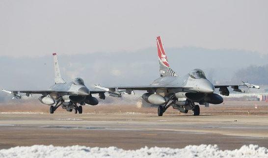 2017년 12월 역대 최대 규모로 열린 비질런트 에이스의 한 장면. 경기도 평택시 주한미공군 오산기지에서 F-16 전투기들이 분주하게 이동하고 있다. [사진공동취재단]