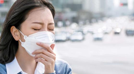 미세먼지가 많은 날엔 외출할 때 식품의약품안전처가 인증한 'KF' 표시가 있는 마스크를 코에 밀착해 사용하는 게 도움된다.