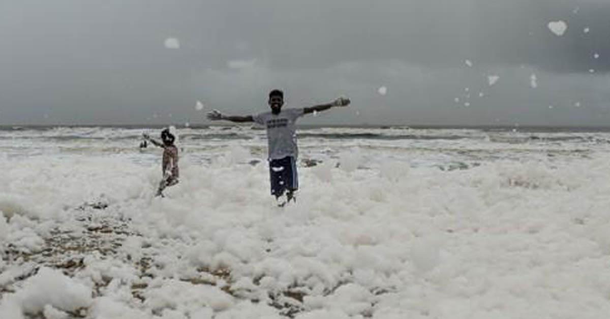 1일 오염된 흰 거품 속에서 뛰노는 인도 남부 첸나이 마리나 해변의 어린이들. [AP=연합뉴스]