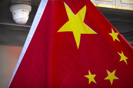 지난달 8일 중국 베이징의 한 매장에 CCTV와 함께 중국 국기가 걸려있는 모습.[AP=연합뉴스]