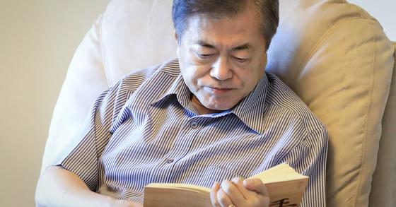 2018년 여름 휴가 동안 독서 삼매경에 빠진 문재인 대통령의 모습. [청와대]