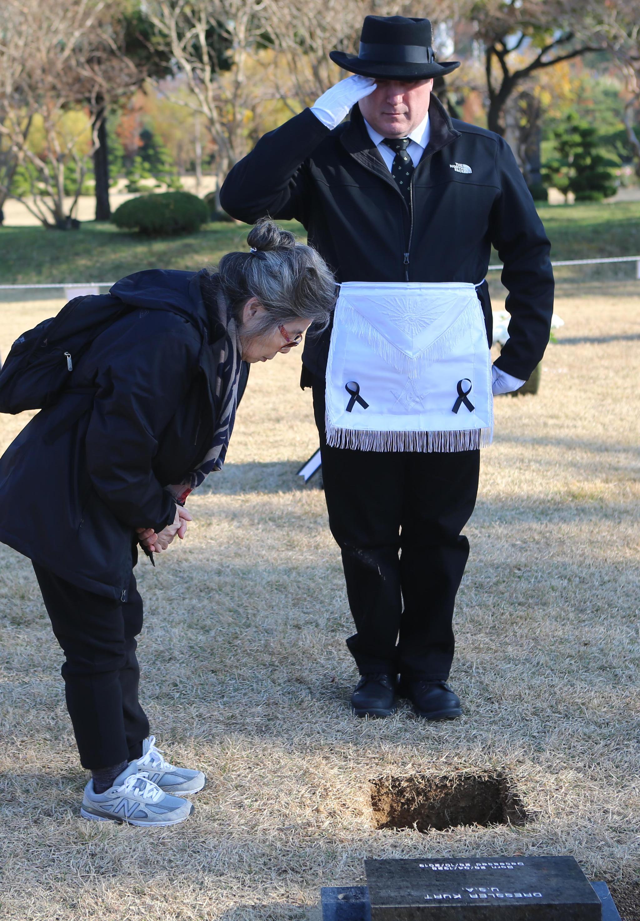 30일 오후 부산 남구 유엔기념공원에서 열린 6·25전쟁 참전용사 고 커드 드레슬러의 유해 안장식에서 그의 아내가 마지막 인사를 하고 있다. [연합뉴스]