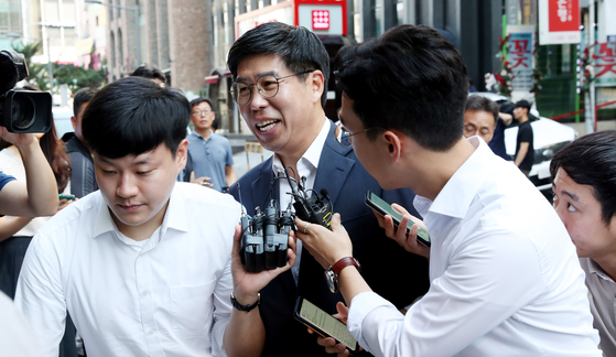 백원우 청와대 민정비서관이 지난해 8월 15일 서울 강남구 허익범 특검 사무실에 참고인 신분으로 출석하고 있다. 우상조 기자