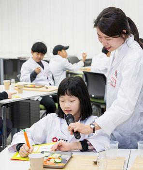 관찰한 식재료에 대해 발표하는 김유은 소중 연구원.