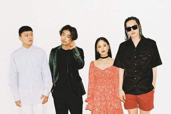 데뷔 2년 반 만에 첫 정규앨범 '비비드'를 발매한 아도이. [사진 엔젤하우스]