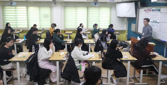 2020학년도 수능일인 지난달 14일 오전 서울 영등포구 여의도 여의도여고 시험장에서 수험생들이 시험 준비를 하고 있다. [뉴스1]