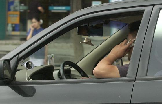 운전 중 통화를 하는 운전자의 모습 [중앙포토] *위 사진은 기사 내용과 직접적인 연관이 없음을 알려드립니다.