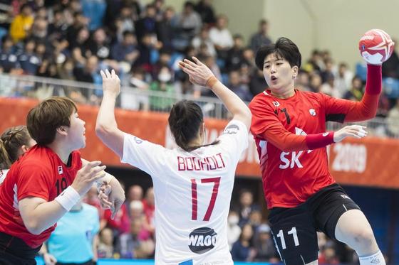 덴마크와 세계선수권대회 조별리그 2차전에서 한국의 류은희가 슛을 시도하고 있다. [사진 세계핸드볼연맹]