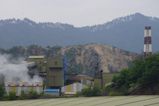 경북 봉화군 석포면 (주)영풍 석포제련소. 주변 산림이 크게 훼손돼 있다. [중앙포토]