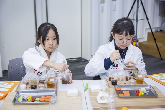 양윤서(왼쪽)·우은성 소중 연구원이 간장·소금·설탕·참기름 등의 양념을 조합해 나만의 소스를 만들고 있다.