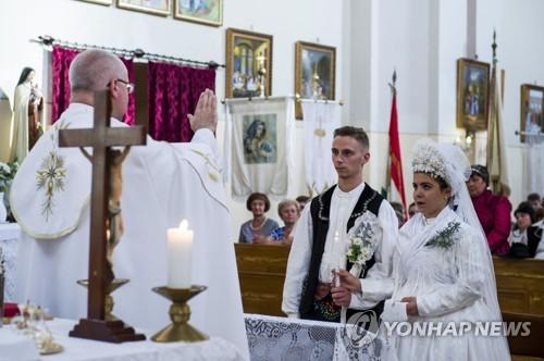 전통 결혼식을 올리는 헝가리인. [EPA=연합뉴스]