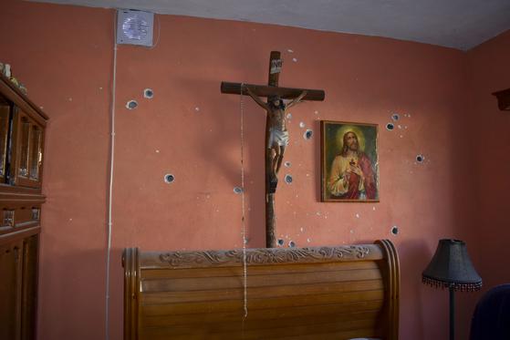 인근 주택의 벽에 총알 구멍이 뚫려있다. [AP=연합뉴스]