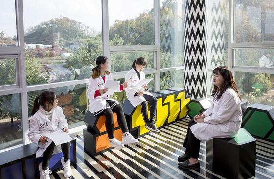 백은종(맨 오른쪽) 연구원을 인터뷰하며 미생물과 발효식품에 대한 궁금증을 풀어본 소중 학생기자단. 왼쪽부터 양윤서 학생기자, 허시은 학생모델, 우은성 학생기자.